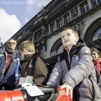 Enfants et leur valise partant avec le convoyage