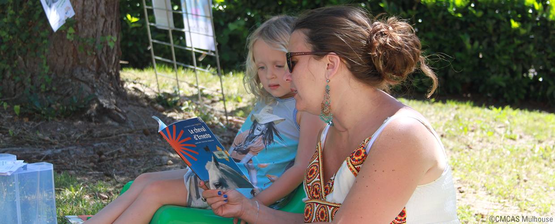 scène de lecture à une enfant