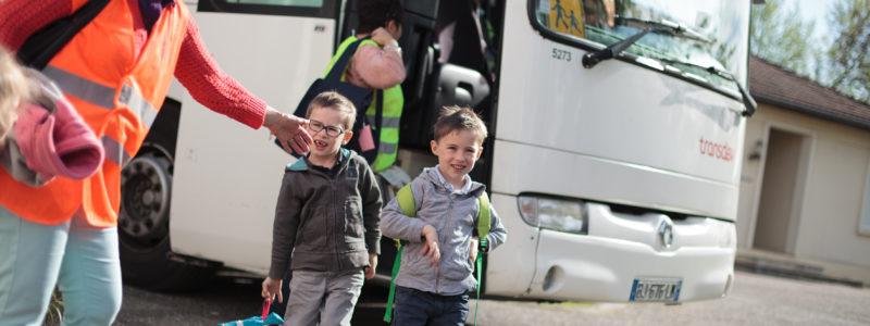 Enfants qui descendent du bus